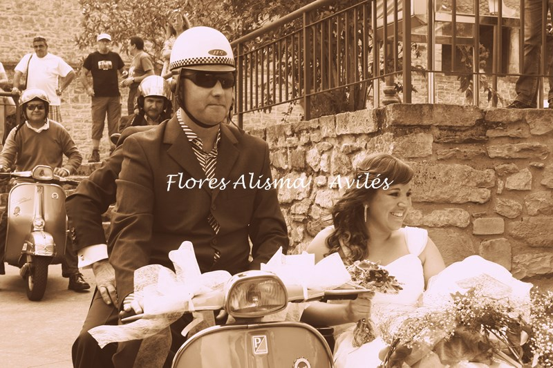 La novia sorprendiendo a sus invitados cuando llega en la Vespa Sidecar