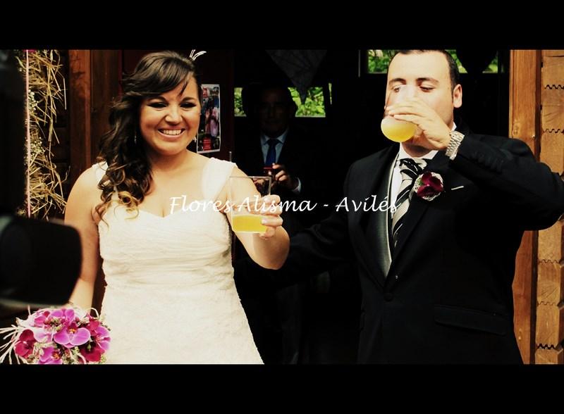 Los recién casados brindando con sidra Asturiana