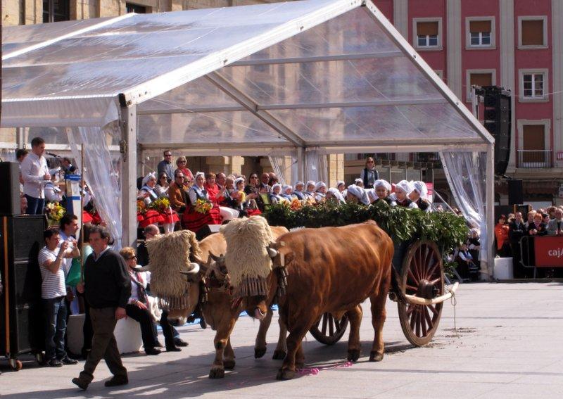Desfile ce carrozas en las fiestas Del Bollo de Avilés