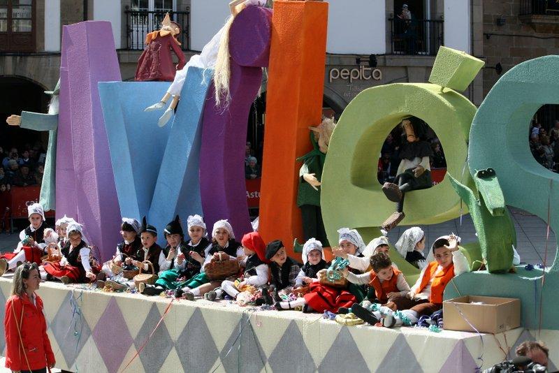 Desfile de carrozas en las fiestas Del Bollo de Avilés