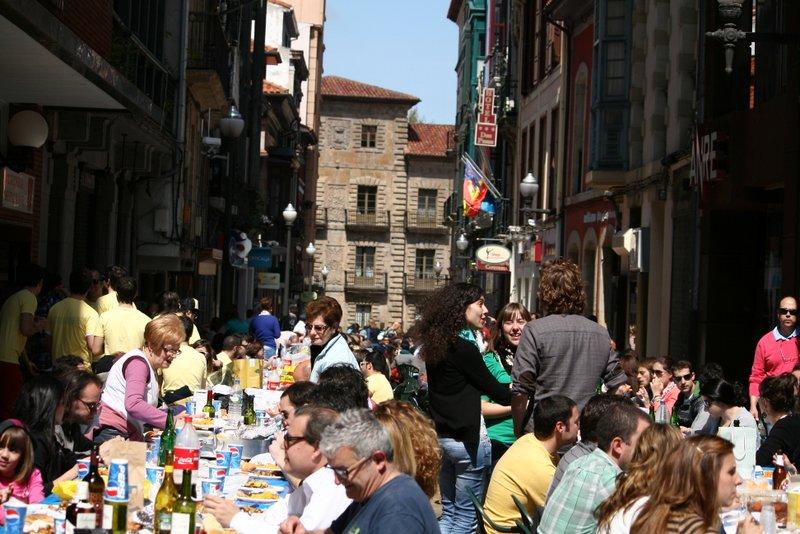 Comida en la calle del Lunes de Pascua (Fiestas del Bollo de Avilés)