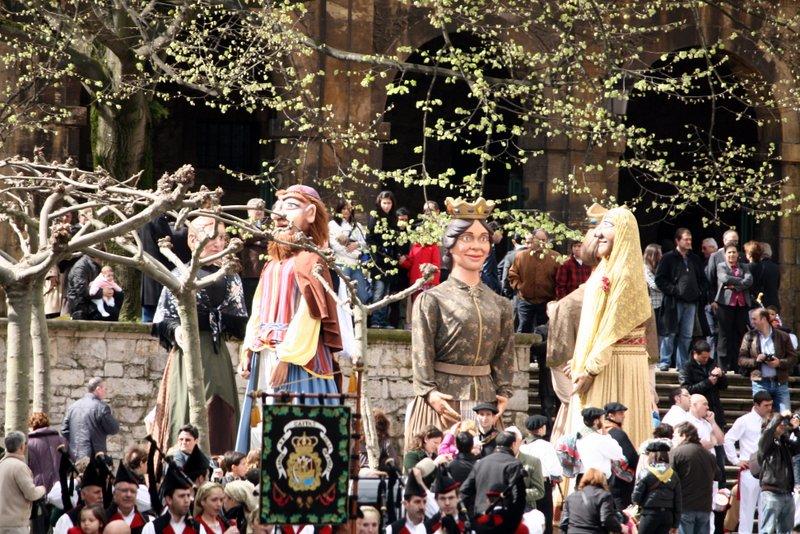 Cabezudos en el desfiles de carrozas de las fiestas Del Bollo