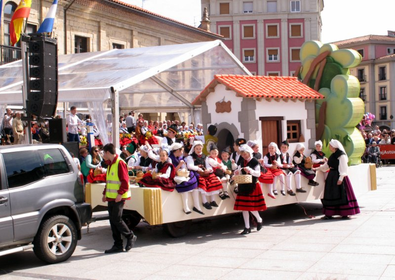 Desfiles de carroza en las fiestas Del Bollo de Avilés