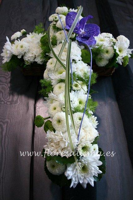 Cruz en tono blanco y flor variada