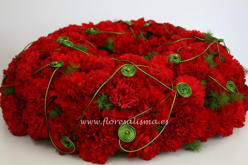 Corona con claveles rojos