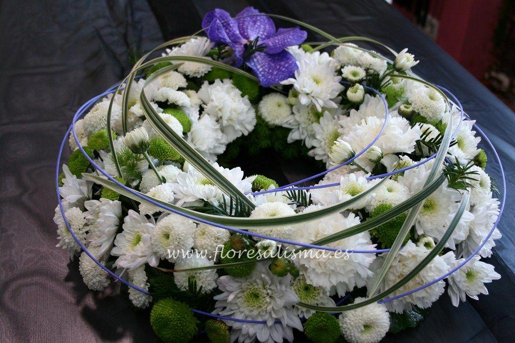 Corona en todo blanco y flor variada