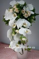 ramo de novia en forma de cascada de orquideas y rosas