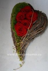 Corazón rústico con rosas rojas y musgo