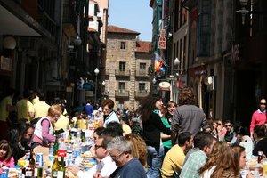 Comida en la calle del Lunes de Pascua en Avilés