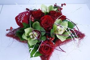 centro de rosas y orquideas